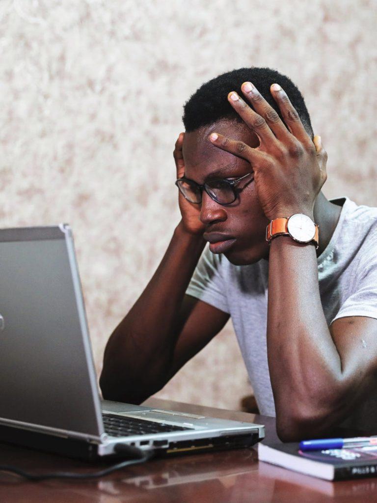 træt ved computeren