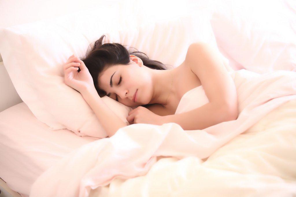 Kvinde sover i seng